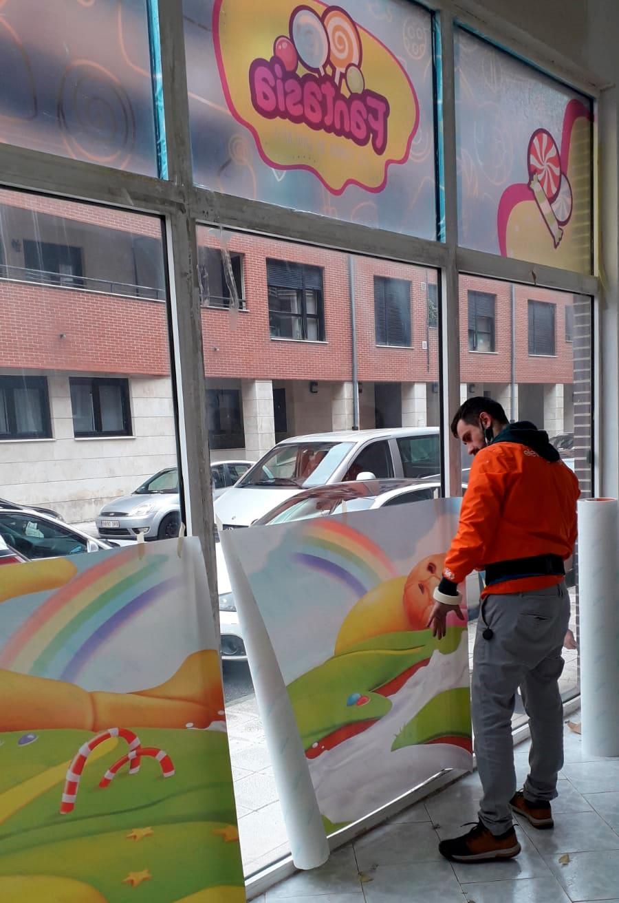 Rotulación de vinilo para cristalera de comercio local en Castro